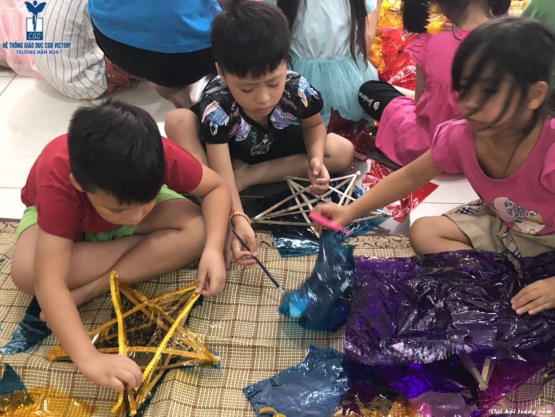 Các bé được giáo viên của CGD Victory hướng dẫn làm đèn ông sao