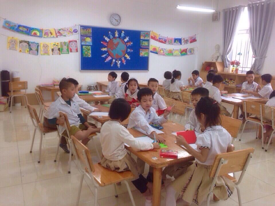 Học sinh khối 2 CGD Victory đang làm thiệp tặng cô nhân ngày 20/11