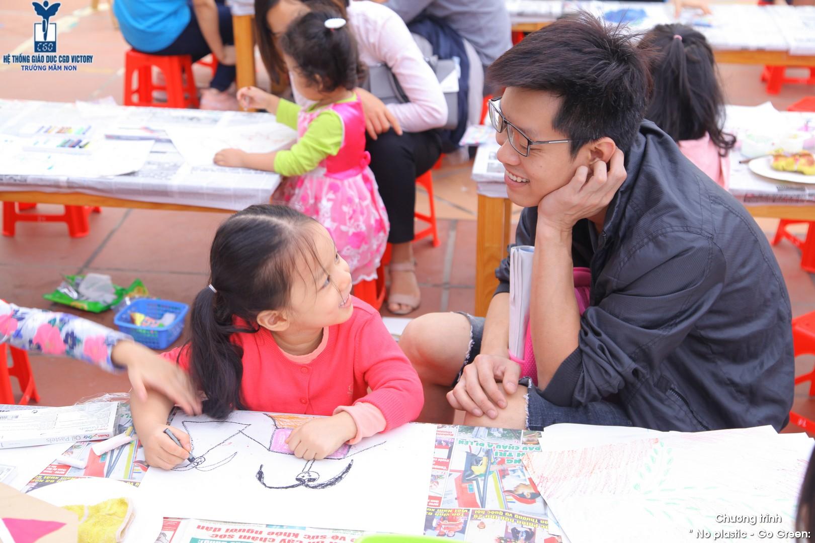Phụ huynh cùng đồng hành với các con trong sự kiện No Plastic - Go Green được tổ chức tại Hệ thống giáo dục CGD Victory