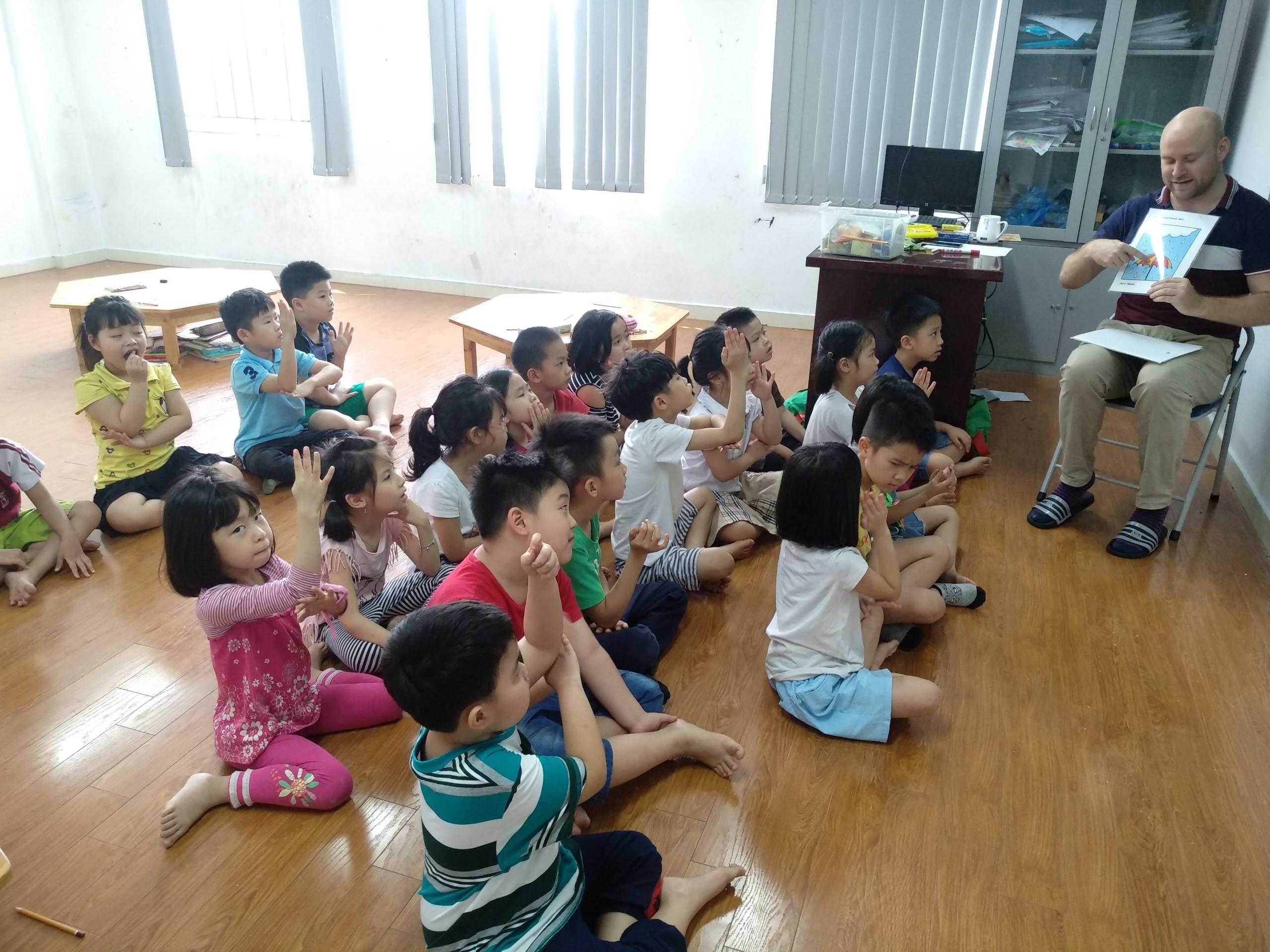 Học sinh CGD Victory trong một buổi học tiếng Anh cũng giáo viên nước ngoài