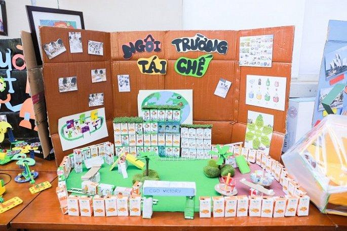 Vỏ hộp sữa được các bé sáng tạo thành 'Ngôi trường tái chế'.