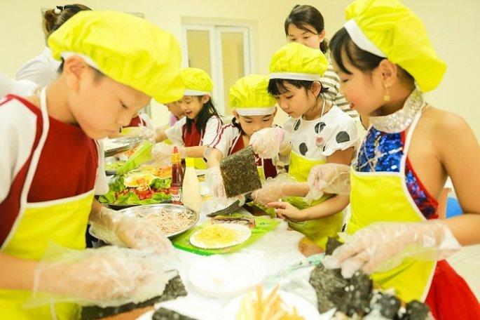 """Các bé được trổ tài làm bánh và trang trí bàn tiệc khi tham gia chương trình """"Bé làm nội trợ""""."""