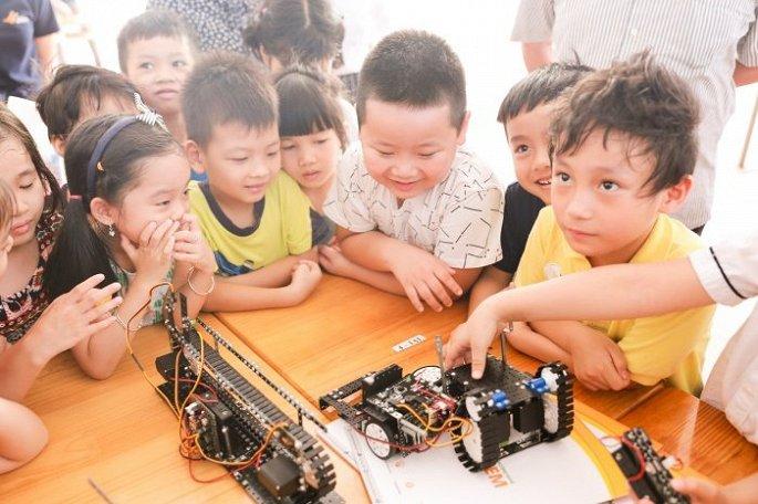 """Các em nhỏ được làm quen với nhiều kiến thức khoa học trong hoạt động """"Nhà khoa học nhí""""."""